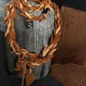 Bilde av smykkesett i elgskinn